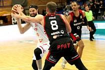 Favorit nezaváhal. Basketbalisté Nymburka (v bílém) vybojovali další výhru, na své palubovce porazili Svitavy