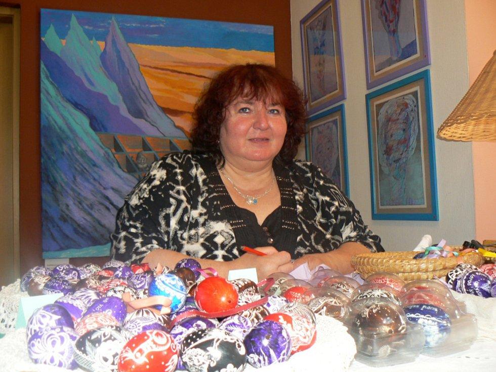 Až z Valašska zavítala do Lesního ateliéru Kuba v Kersku během loňského velikonočního víkendu Naděžda Šebestýenová. Lidem předvedla vyškrabávání kraslic, nebo různá věnování na kraslici.