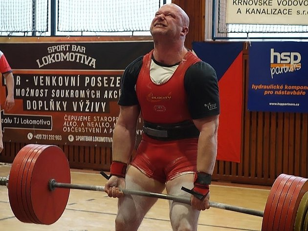KRALOVAL. Nymburský silový trojbojař Tomáš Břinčil dal v pozvedu 302,5 kilogramu, nejvíc ze všech borců.