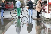 Obyvatelé sídliště si stěžují, že po každém dešti se udělá před trafikou veliká kaluž.