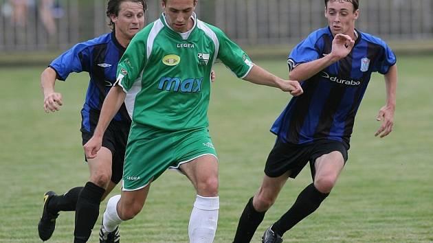 Fotbalisté nymburského Polabanu (v zeleném) si uřízli pořádnou ostudu, když prohráli s posledním týmem tabulky