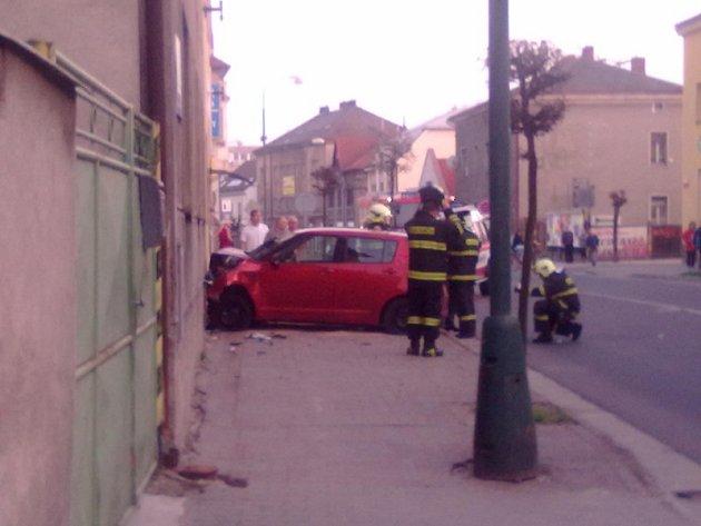 Suzuki na Boleslavské skončilo přes silnici na zdi domu