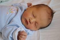 ADÁMEK BUDE MYSLIVEC. Na kluka Adama Bašteckého se těšili v Hrubém Jeseníku, až se ho dočkali v neděli 10. března 2013 v 0.15 hodin. Adámek po porodu měřil 51 cm a vážil 3 520 g. Rodiče Lucie a Lukáš si syna odvezli domů za sourozenci Katkou a Pepou.