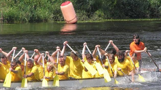V Poděbradech se o víkendu konaly závody dračích lodí. Jednu z posádek tvořili i úředníci městského úřadu.