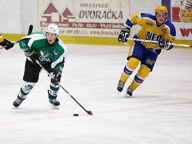 Nymburský útočník Pavel Němeček (vpravo) dal první hattrick ve své hokejové kariéře mezi dospělými. Odnesla to Chotěboř