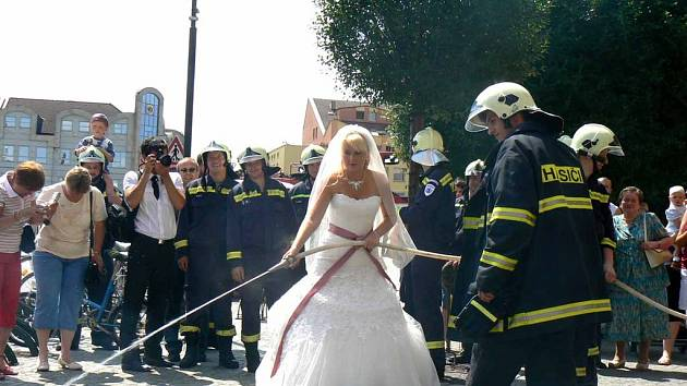 Nymburk zažil pravou hasičskou svatbu
