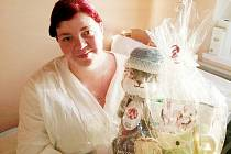 Maminka Veronika Jíšová s dárky od personálu nymburské porodnice.