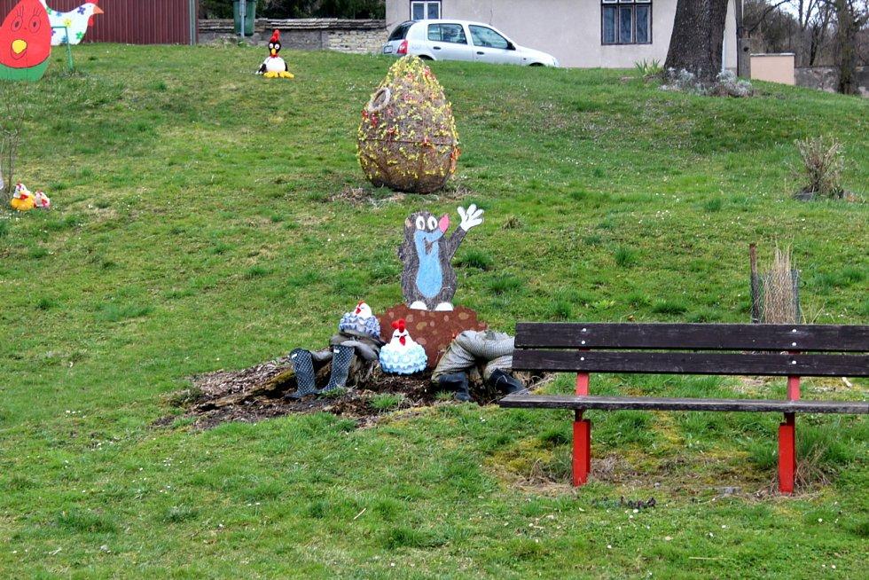 Velikonoční výzdoba na návsi v Podmokách.