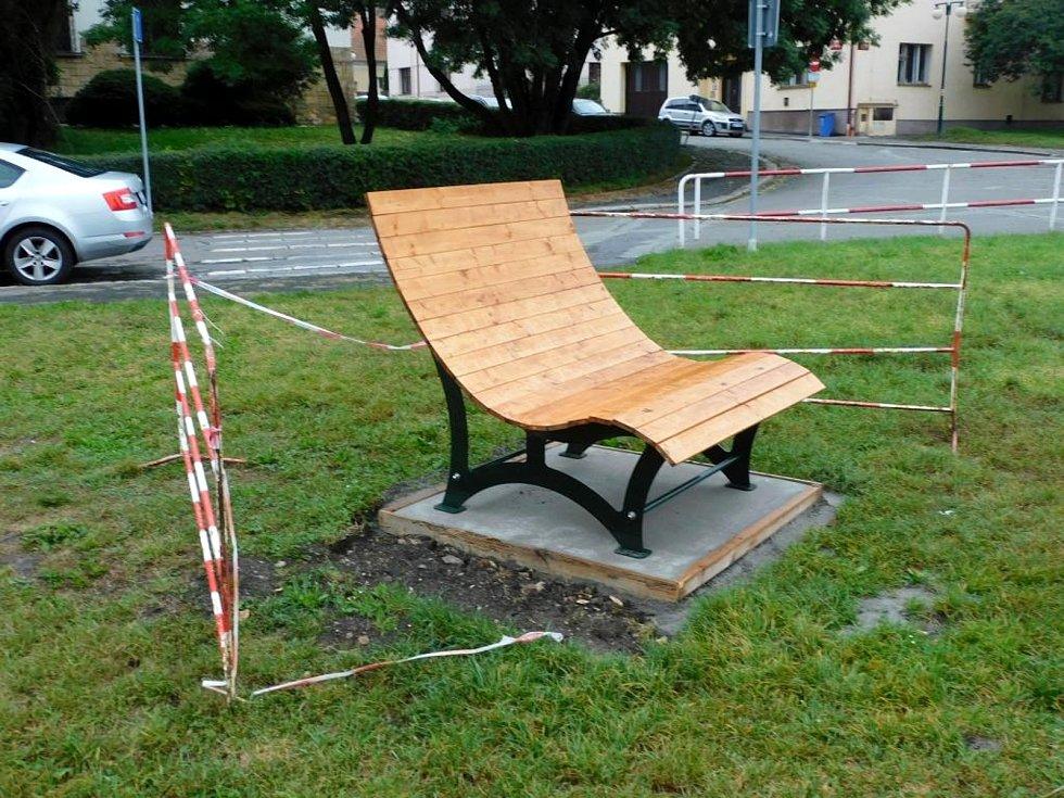 Montáž nových laviček u cyklostezky pod nymburským soudem.