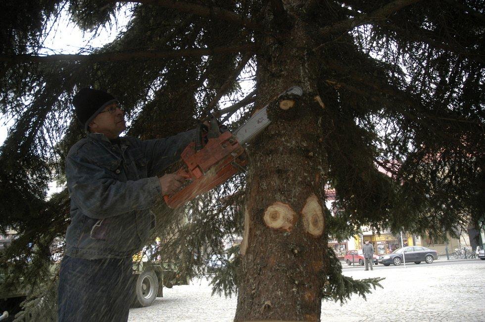 Vánoční strom dorazil do Nymburka.