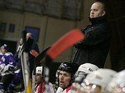 Trenér poděbradského hokejového týmu David Kubát na střídačce