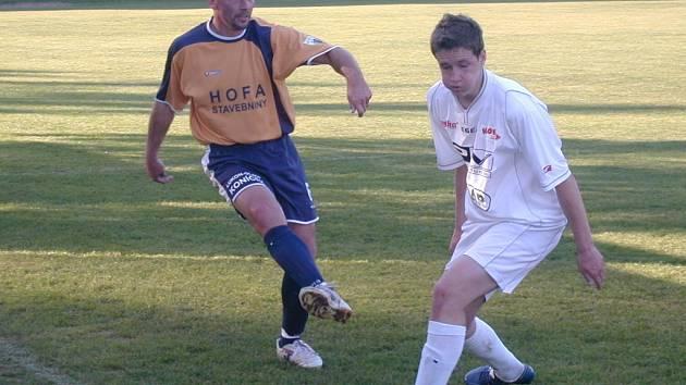 Bývalý prvoligový fotbalista Michal Petrouš (vlevo), který v poslední sezoně dělal asistenta v Plzni a oblékal také dres Litole v krajském přeboru, se stal novým trenérem divizních Čelákovic