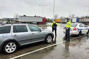 Celníci po kontrole vozidla, ve kterém objevili drogy.