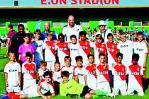 FOTBALOVÝ POTĚR ze Strak se zúčastnil velkého turnaje. Na snímku jsou hráči spolu s borci Monaka a Janem Kollerem