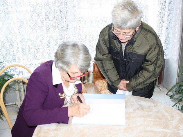 Historička Jana Hrabětová podepsala přes stovku prvních knih třetího dílu Poděbrady město mého srdce.