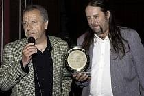 Vítěz v první anketě Muzikant Nymburska v kategorii Zpěvák, městecký bard Milan Děda Mikuškovic (vlevo).