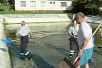 Hasiči čistili koupaliště v Městci a také ve Velenicích