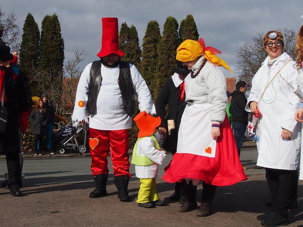 Poosmé v novodobé historii se v sobotu 18. února konala v Opolánkách oslava masopustu. Do rozpustilého reje se s chutí zapojilo několik desítek tradičních masek všeho věku.
