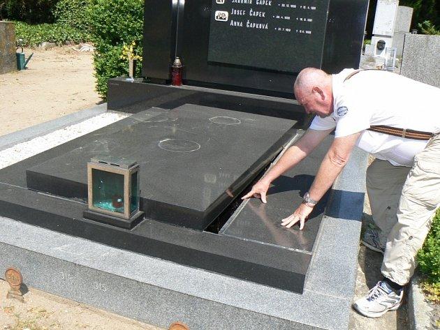 Na poděbradském hřbitově řádili zloději a vandalové