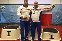 NEZTRATIL SE. Silový trojbojař Sokola Nymburk Pavol Demčák (vpravo) patřil na mistrovství Evropy mezi nejlepší. Na snímku je s reprezentačním trenérem Petrem Slaničkou