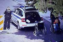 Hned první školní den přijala městská policie oznámení, že v prostorách hlavního nymburského nádraží už několik dnů přebývá muž na invalidním vozíku.