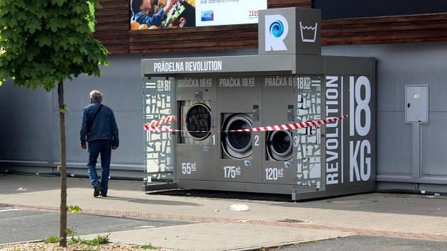 Vyprat si každý může ve veřejných pračkách u poděbradského Tesca.