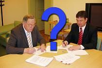 Starosta Nymburka Ladislav Kutík podepisuje nájemní smlouvu na nemocnici s jednatelem firmy PP Hospitals Martinem Tvarůžkem.