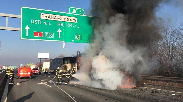 Nehoda kamionů snásledným požárem zablokovala brněnskou dálnici před Prahou.