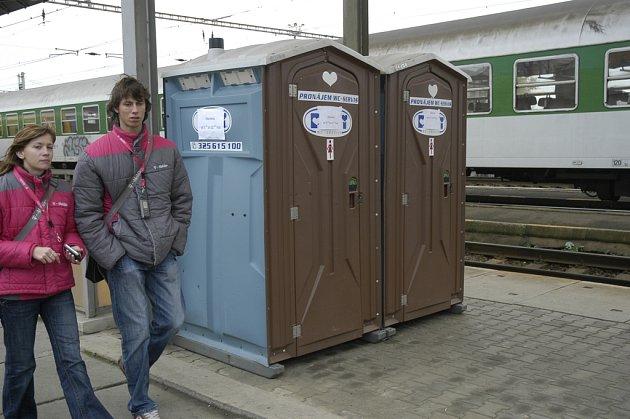 Dráhou slíbená oprava toalet na peróně v Lysé nad Labem se nekoná