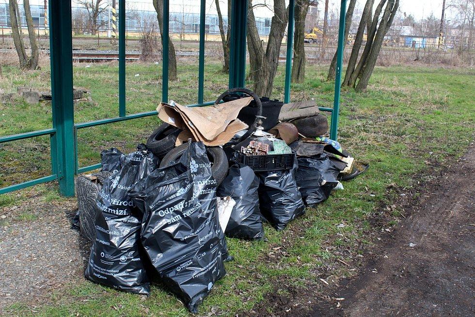 Pytle s nasbíraným odpadem na Nymbursku.