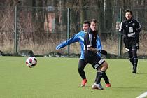 Plichta. Fotbalisté Poříčan (v modrém) dokázali uhrát v dalším přípravném utkání nerozhodný výsledek s divizním Kolínem.