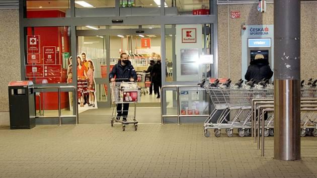 U nákupních center a dalších obchodů se ve středu odpoledne v Nymburce fronty netvořily.