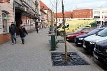 Plynaři vyměnili trubky kolem náměstí, navíc mají chodníky nové dláždění a centrum zdobí nově vysazené akáty. Foto: Deník/ Miroslav S. Jilemnický