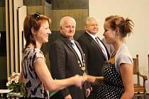 STUDENTY na radnici přivítal starosta Poděbrad Ladislav Langr a poté z rukou třídní učitelky Petry Filipové převzali indexy.