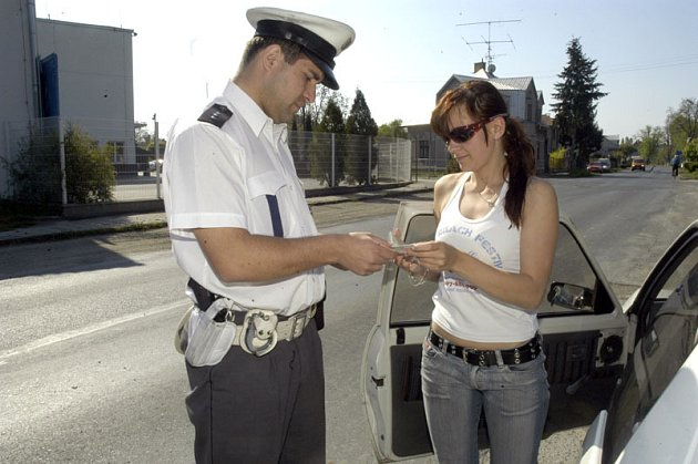 Policie kontrolovala řidiče u poděbradské mlékárny.