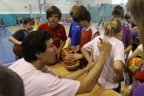 JIŘÍ WELSCH rozdával na nymburském basketbalovém kempu podpisy jako na běžícím pásu