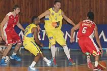ZAHÁJILI. Basketbalisté Nymburka (v červeném) mají za sebou první utkání letošní sezony Mattoni NBL, kde chtějí opět kralovat. Mimo to se chtějí prosadit v prestižní VTB lize a Eurocupu