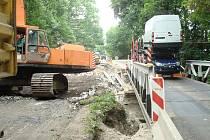 Oprava mostu na silnici mezi litolským mostem a Vestcem způsobuje problémy v dopravě.
