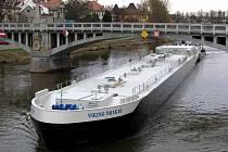 Nymburské mosty vyzkoušel obří tanker