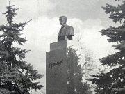 Původní busta u budovy dřívější radnice.