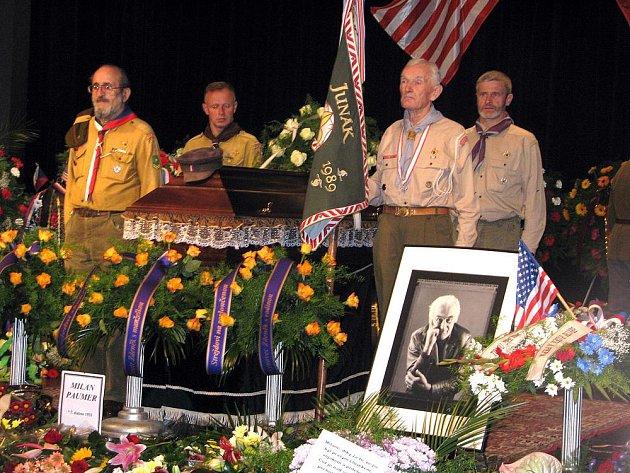 Pohřeb protikomunistického bojovníka Milana Paumra se konal v poděbradském divadle Na Kovárně.