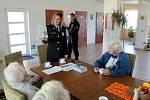V Parku seniorů v Sokolči si povídali s obyvateli policisté.