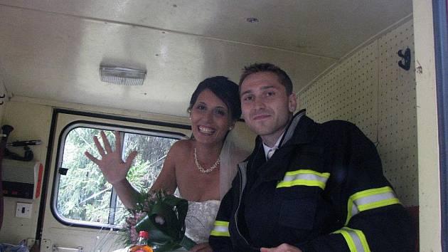 Novomanželé Pudilovi si svatbu užili i s hasičským překvapením.