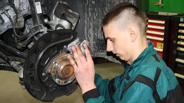 V SOŠ a SOU Nymburk se konal první ročník soutěže automechaniků Český automechanik 2015.