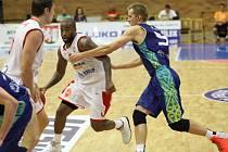 KONEČNĚ VYHRÁLI. Basketbalisté Nymburka (v bílém) se dočkali prvního vítězství v letošní sezoně ve VTB lize. Na své palubovce zdolali po dobrém výkonu Astanu
