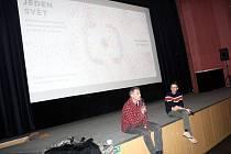 Po projekcí dokumentárních filmů následovaly besedy. například s kuchařem Hugo Hromasem nebo politologem Lukášem Krausem.