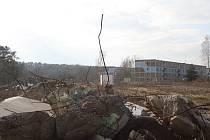 Lidé na Božím Daru mají za okny svých bytů sutě ze zdemolovaných objektů po sovětské armádě.