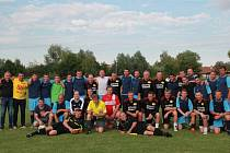 Oba týmy si po vzájemném utkání udělaly památeční fotografii.