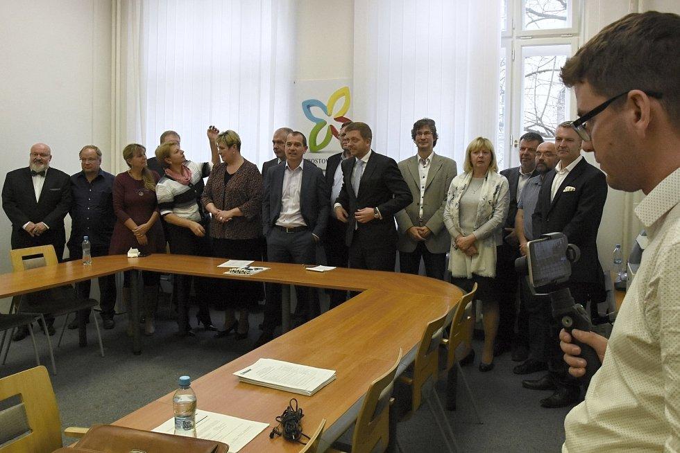 Nová koalice vládne od úterka Středočeskému kraji. Hnutí ANO vypovědělo koaliční smlouvu STAN, ODS a Nezávislým Středočechům. Dohodlo se na spolupráci s ČSSD a podporuje je i KSČM. Na snímku tisková konference STAN.