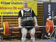 PAVOL DEMČÁK, silový trojbojař Sokola Nymburk, se stal v Praze mistrem republiky, navíc si vybojoval účast na evropském šampionátu